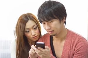 スマートフォンで情報確認する恋人